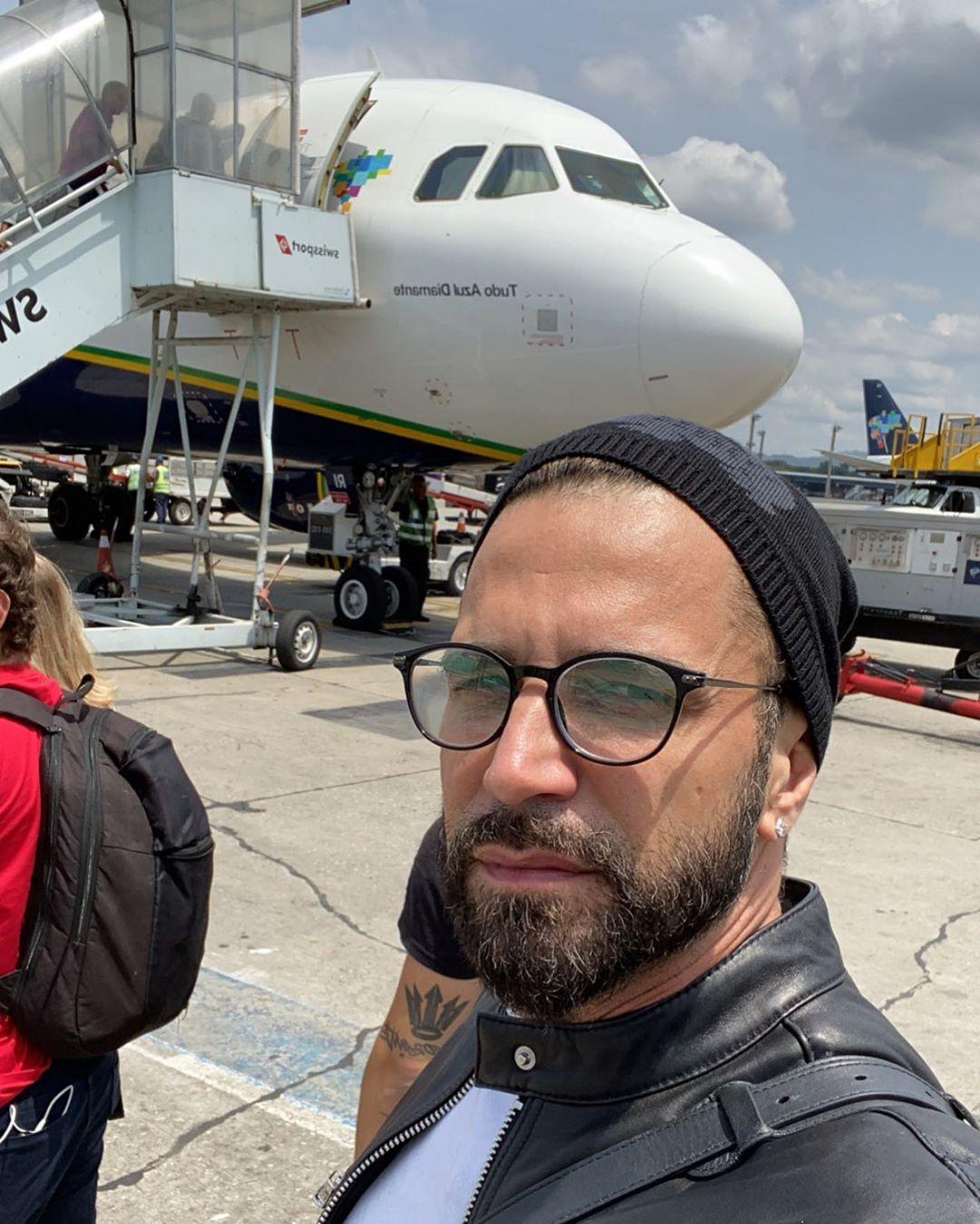 Latino passou por um perrengue durante voo (Foto: Reprodução/Instagram)