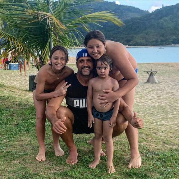 Léo Chaves reúne os três filhos em foto rara e encanta os fãs (Foto: Instagram)