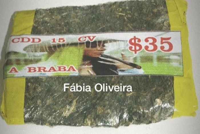 Malote de maconha é vendido no Rio de Janeiroa com o rosto da cantora Imagem: O Dia)