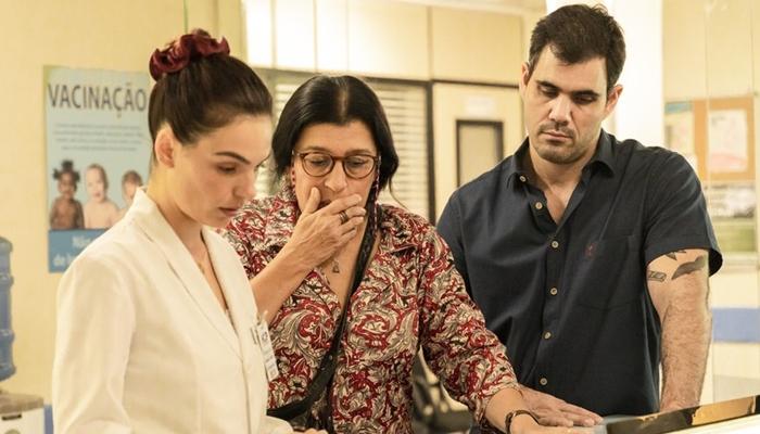 Lurdes (Regina Casé) descobrirá pista sobre o filho perdido em Amor de Mãe (Foto: Globo/Victor Pollak)