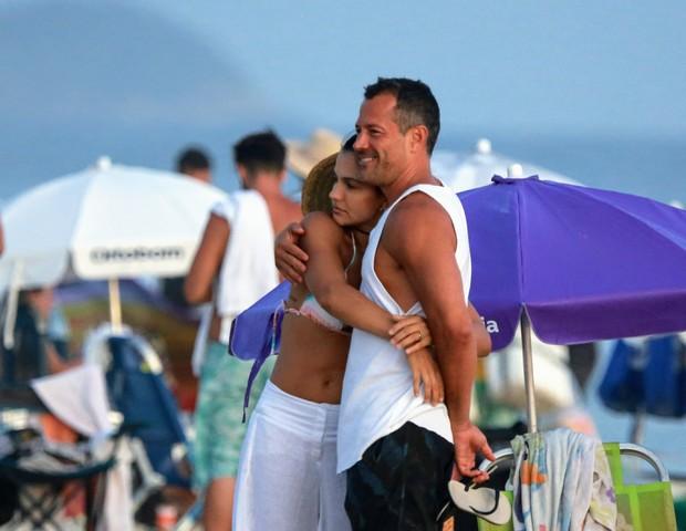 Malvino Salvador em praia no Rio de Janeiro com sua mulher (Foto: Dilson Silva/Agnews)