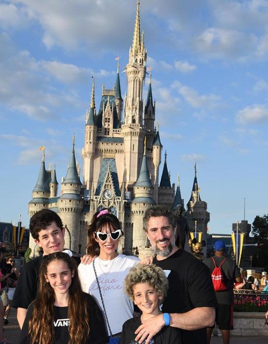 Marcos Mion posou com a família durante férias na Disney (Reprodução: Instagram)