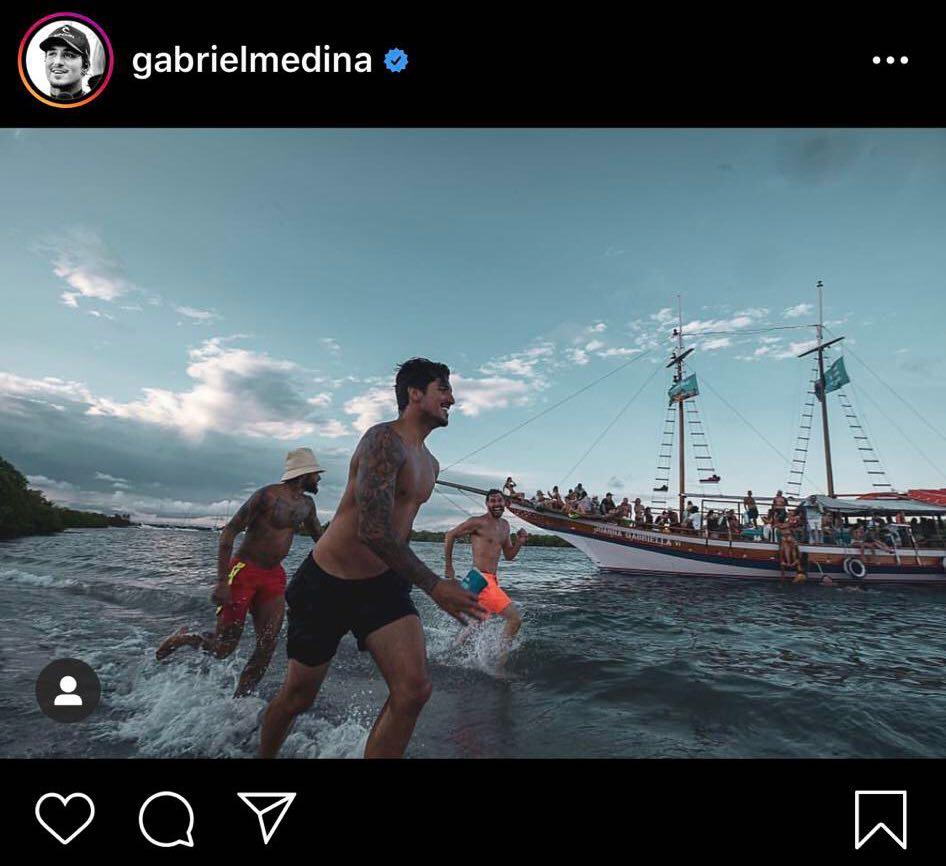 Gabriel Medina e os amigos, Neymar e Bruno Rezende; barriguinha do jogador chama a atenção (Foto: Reprodução)