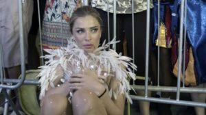 Paloma (Grazi Massafera) fica arrasada e é salva por Alberto (Antonio Fagundes) em Bom Sucesso (Foto: Reprodução/Globo)