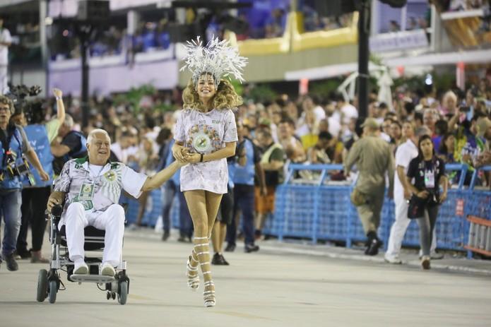 Alberto decide fugir de hospital para passar carnaval com Paloma no sambódromo. (Imagem: Divulgação)