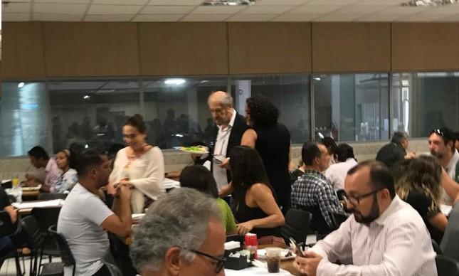 Regina Duarte é flagrada no bandeijão de Brasília (Imagem: O Globo)