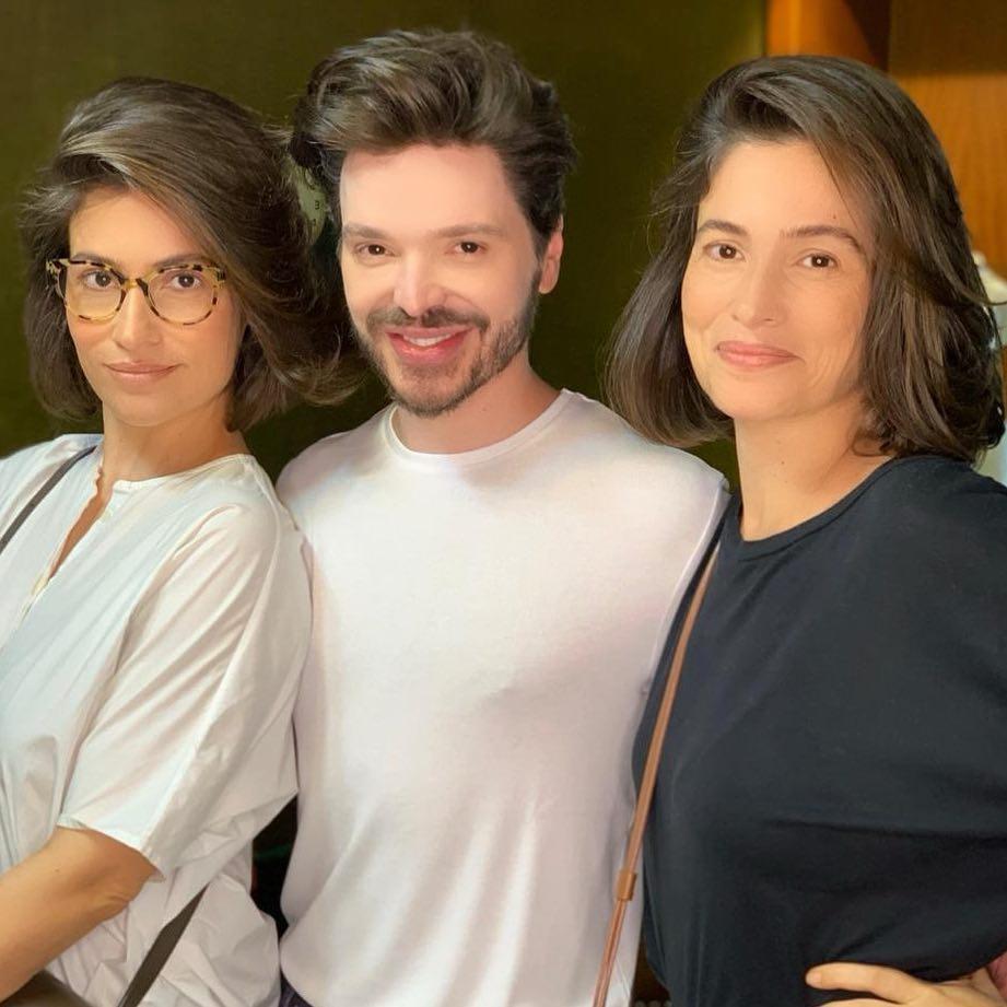 Renata Vasconscelos e irmã gêmea com o cabeleireiro Tiago Parente (Foto: reprodução Instagram)