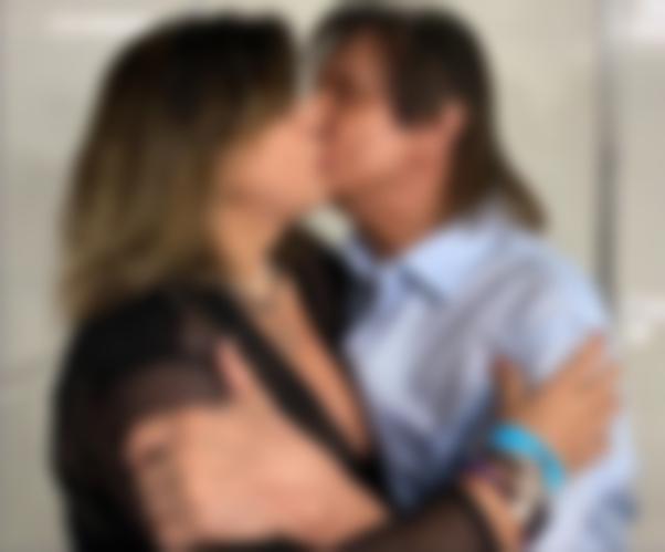 Roberto Carlos é flagrado beijando Roberta Miranda em bastidor de show: 'meu amor!'