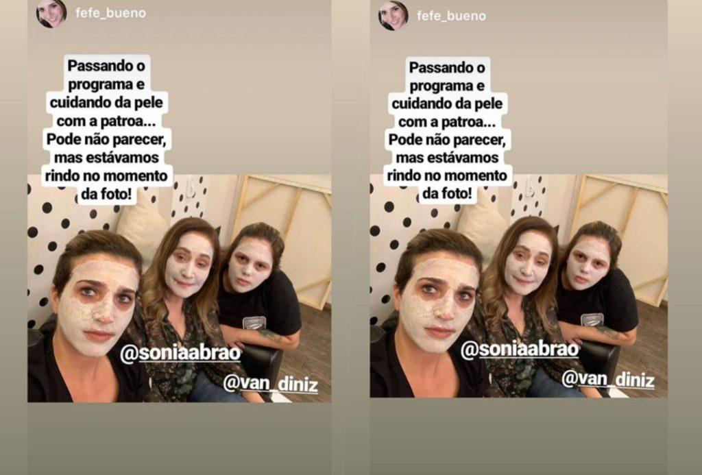 Sonia Abrão do programa A Tarde é Sua da RedeTV foi flagrada em seu camarim cuidando da pele minutos antes do programa começar (Foto reprodução)