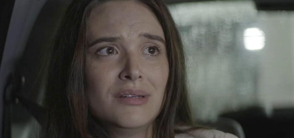 Alexia vê sua casa explodir em Salve-se Quem Puder (Imagem: Reprodução)