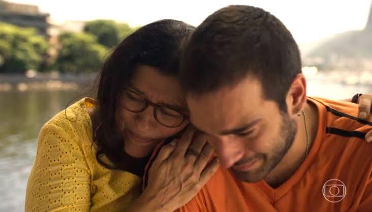Sandro chora nos braços de Lurdes em Amor de Mãe (Foto: Reprodução da Globo)