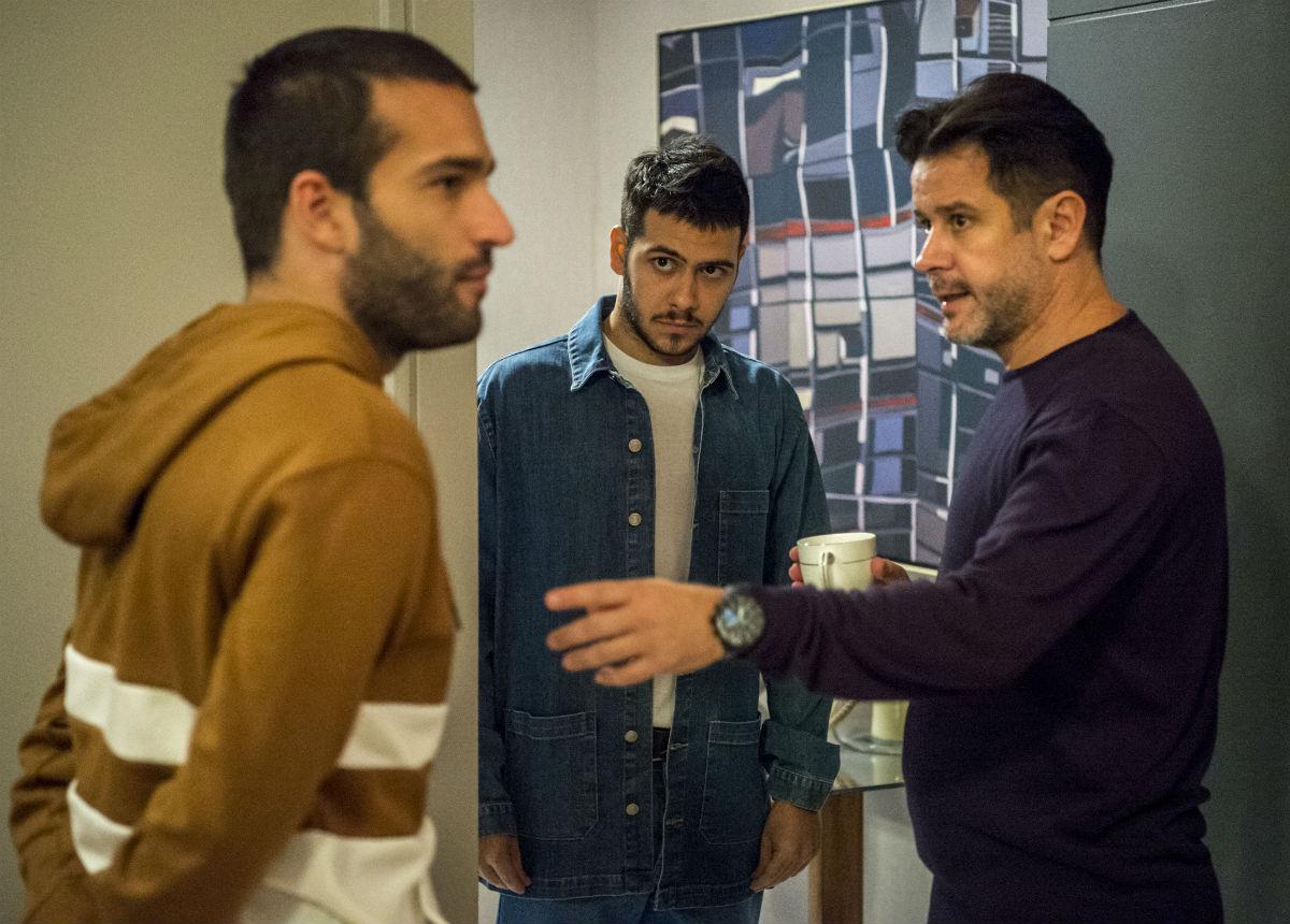 Sandro (Humberto Carrão), Vinícius e Raul em Amor de Mãe (Foto: Reprodução)