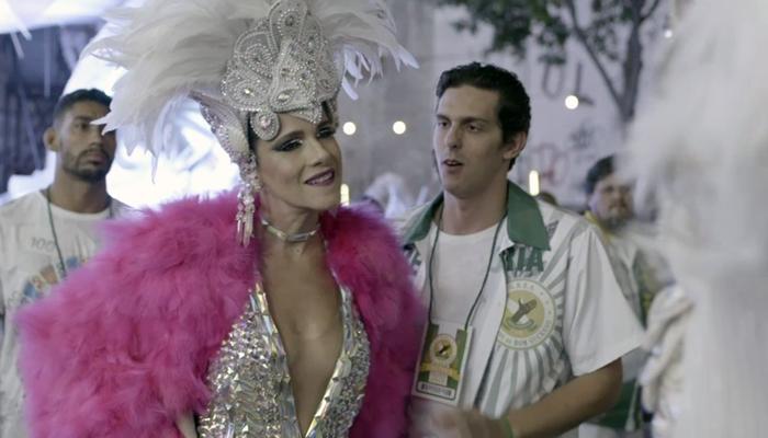 Silvana (Ingrid Guimarães) rouba fantasia de Paloma em Bom Sucesso (Foto: Reprodução/Globo)