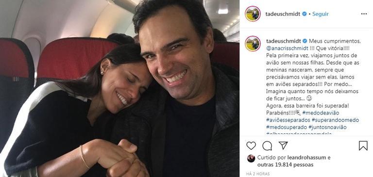 Tadeu Schmidt e esposa viajam sozinhos de avião e comemoram (Foto: Instagram)