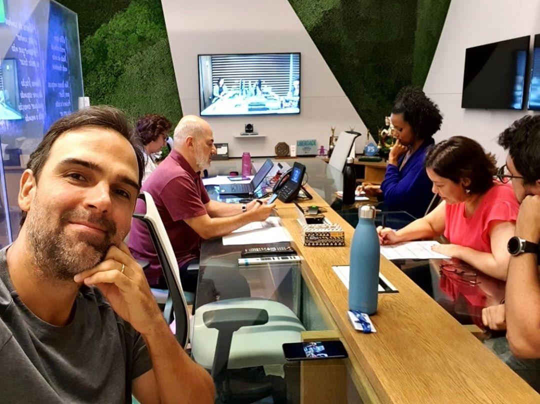 globo Tadeu Schmidt publicou uma imagem dos bastidores do Fantástico, onde Maju Coutinho aparece (Foto: Reprodução/Instagram)