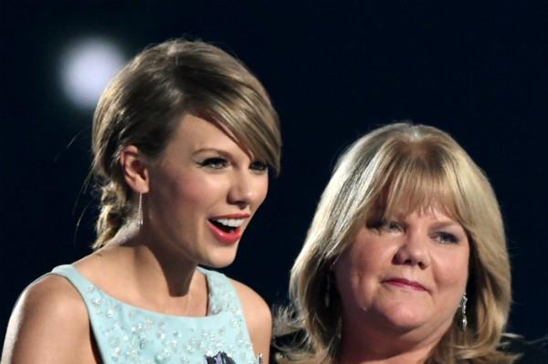 Taylor Swift revela tumor cerebral de sua mãe, Andrea Swift (Foto: Reprodução)