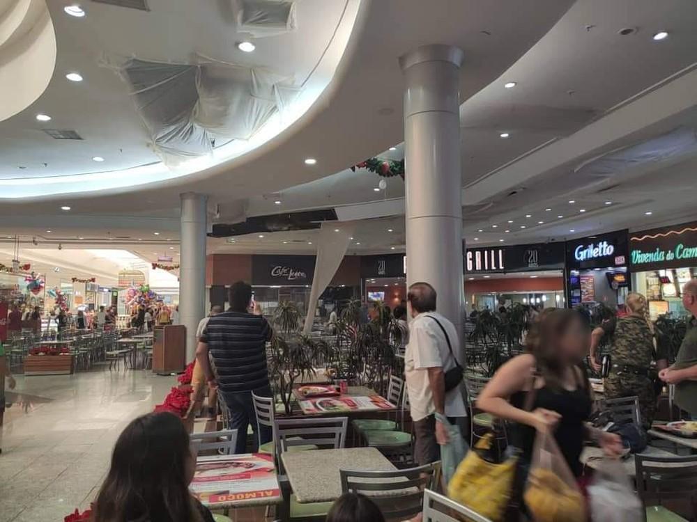 Cade a sala de crise? Teto de shopping desaba na Praia Grande, SP (Foto: reprodução)