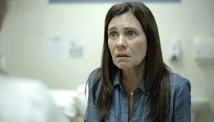 Thelma (Adriana Esteves) não é mãe de Danilo em Amor de Mãe (Foto: Reprodução/Globo)
