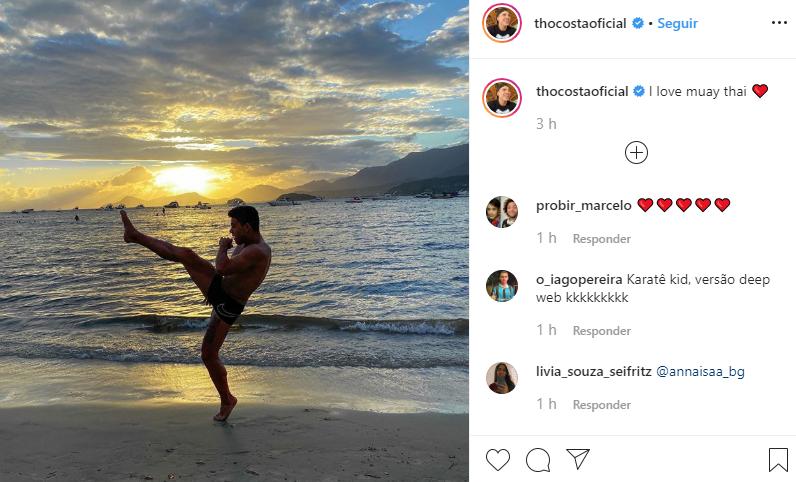 Thomaz Costa surgiu de sunga e deixou o volume à mostra (Foto: Reprodução/ Instagram)