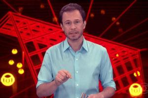 O apresentador Tiago Leifert comanda o BBB na Globo - Foto: Reprodução)