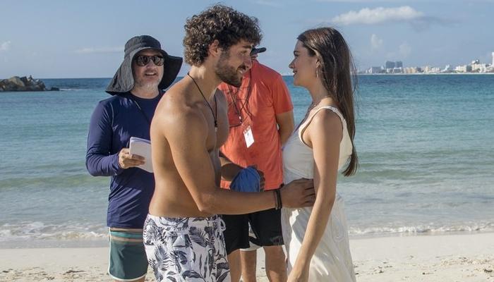 José Condessa (Juan) e Juliana Paiva (Luna) em gravação de Salve-se Quem Puder realizada em Cancún, no México (Foto: Globo/João Miguel Junior)