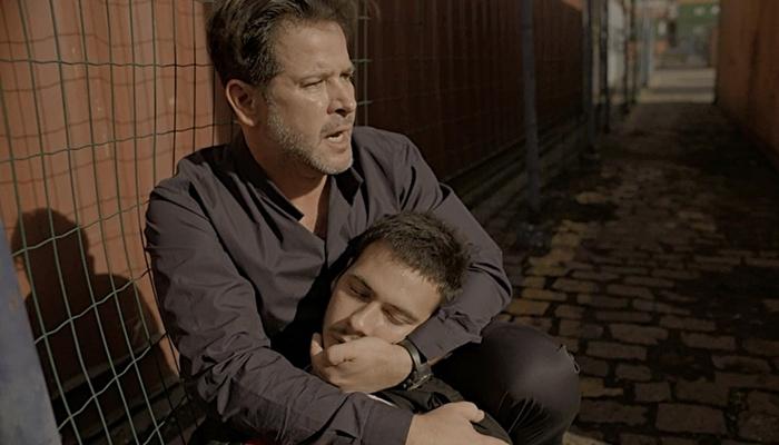 Raul (Murilo Benício) socorre o filho Vinícius (Antonio Benício) após ser baleado em Amor de Mãe (Foto: Reprodução/Globo)