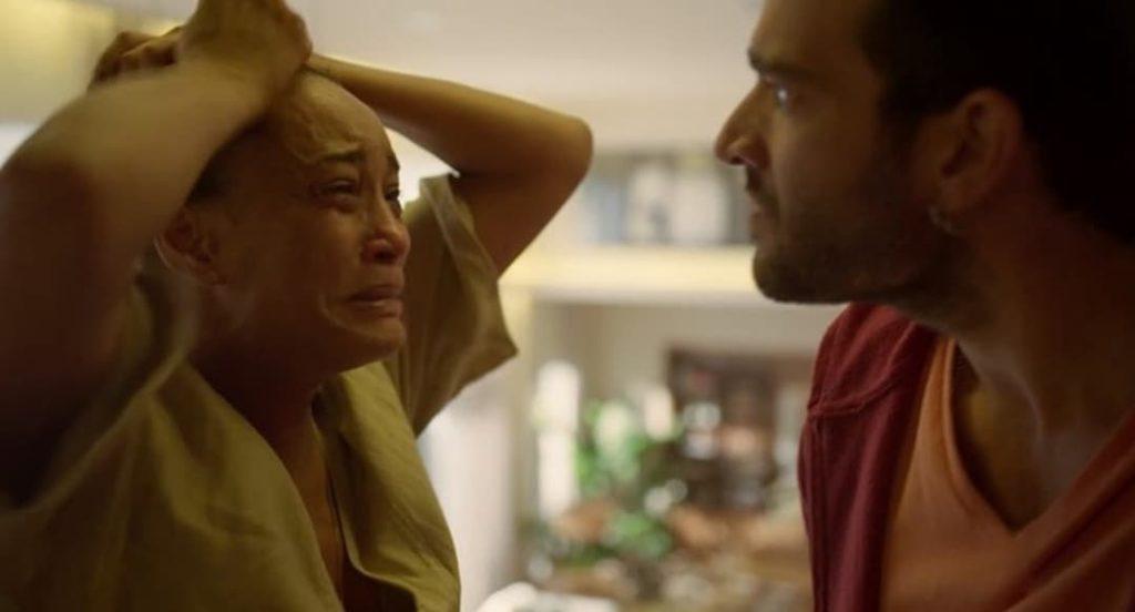 Vitória fica sem chão após ver seu filho sumir após ataques de bandidos na novela Amor de Mãe