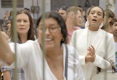 Lurdes e Vitória em cena da novela Amor de Mãe (Foto: Reprodução)