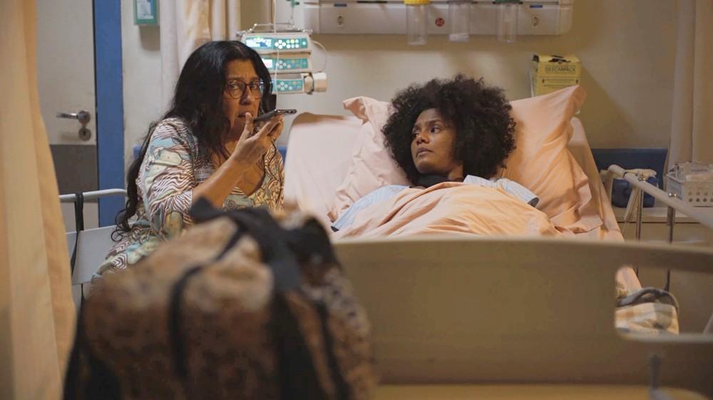 Lurdes e Camila em cena da novela Amor de Mãe (Foto: Reprodução)