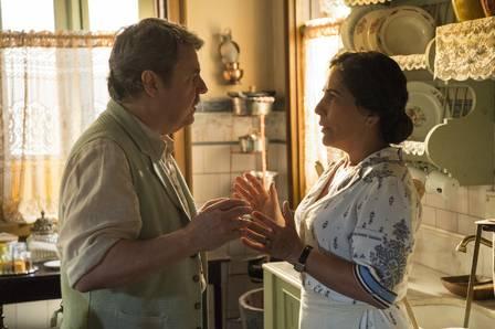 Afonso (Cássio Gabus Mendes) e Lola (Gloria Pires) terão momentos importantes em capítulo misterioso de Éramos Seis (Foto: Divulgação/Globo)