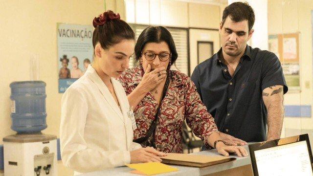Betina em cena com sua sogra e o namorado na novela das nove Amor de Mãe