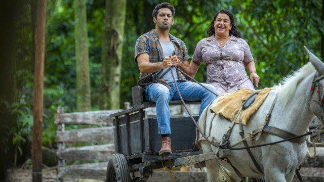 Zezinho (João Baldasserini) e Ermelinda (Grace Gianoukas) em Salve-se Quem Puder (Foto: Globo/Paulo Belote)