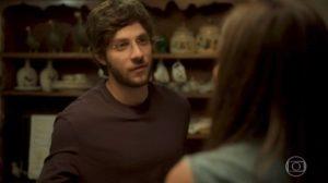 Danilo (Chay Suede) vai conhecer sua suposta mãe verdadeira em Amor de Mãe (Foto: Reprodução/Globo)