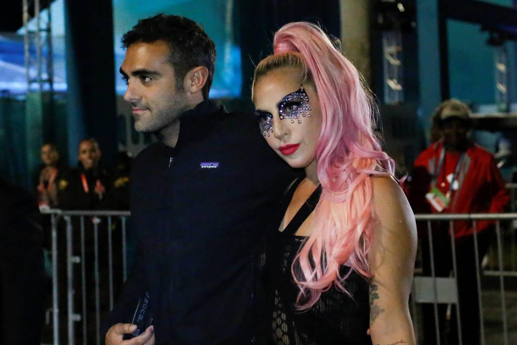 Lady Gaga e Michael Polansky sendo flagrados aos beijos (Foto: Reprodução)