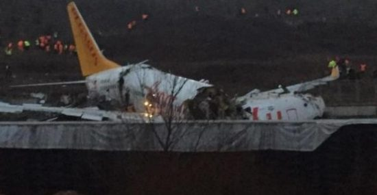 Avião partido no meio em Istambul (Foto: reprodução)
