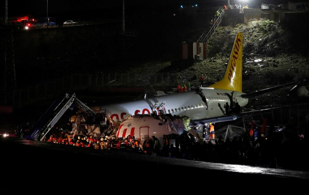 Equipes trabalham para tentar salvar todos os envolvidos no acidente (Foto: reprodução)