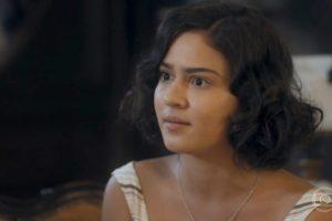 Isabel (Giullia Buscacio) será humilhada em escândalo por mulher do amante em Éramos Seis (Foto: Reprodução/Globo)
