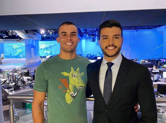 Matheus Ribeiro e seu namorado posam no estúdio do Jornal Nacional (foto: reprodução/Instagram)