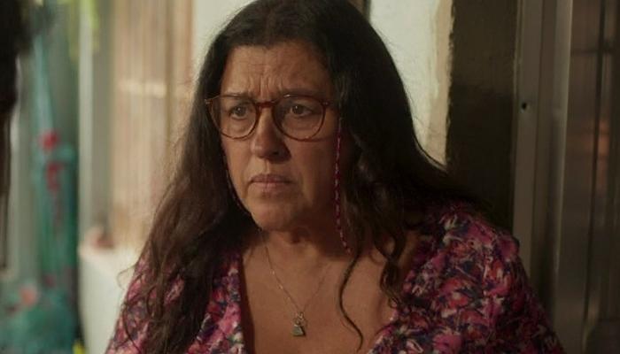 Lurdes (Regina Casé) descobrirá foi quem Leila denunciou Magno em Amor de Mãe (Foto: Reprodução/Globo)