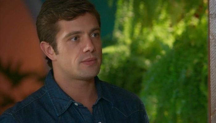 Renzo (Rafael Cardoso) será visto em foto por Alexia em Salve-se Quem Puder (Foto: Reprodução/Globo)