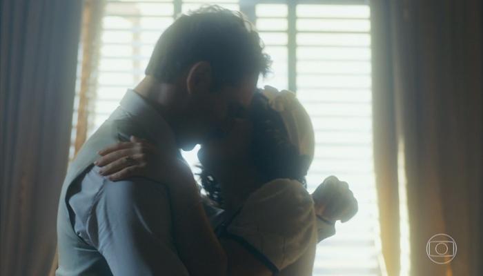 Isabel (Giullia Buscacio) e Felício (Paulo Rocha) em cena de Éramos Seis (Foto: Reprodução/Globo)
