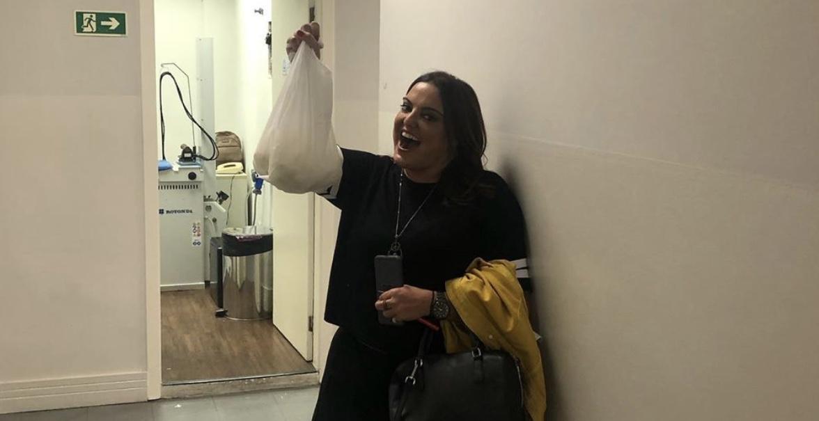 Fabíola Reipert posa com o queijo roubado (foto: reprodução/Instagram)