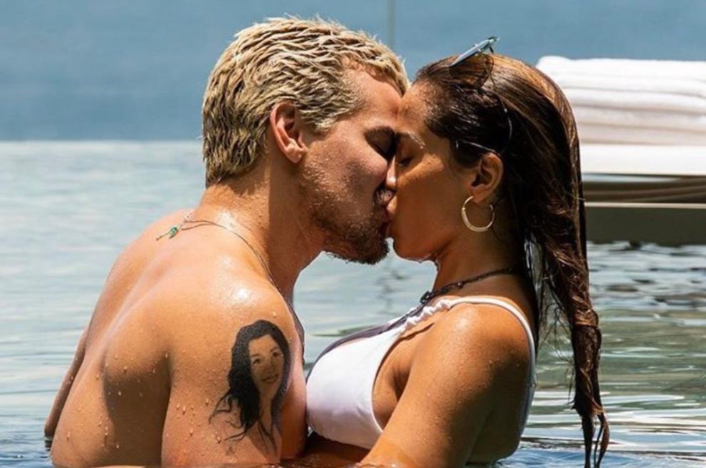 Anitta surpreende em cena de beijo com Thiago Martins em Amor de Mãe (Foto: Reprodução)