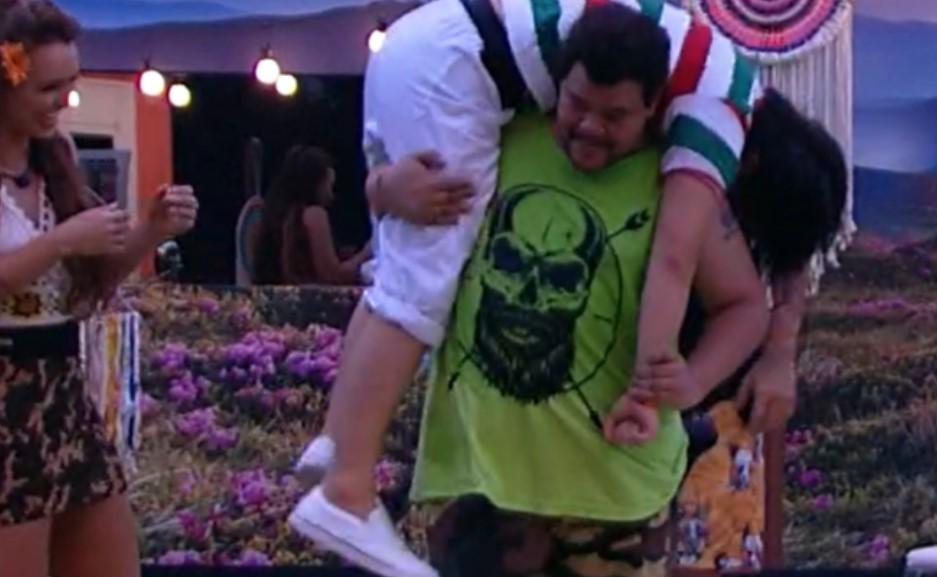 Babu carrega Pyong, totalmente desacordado, no BBB, da Globo - Foto: Reprodução