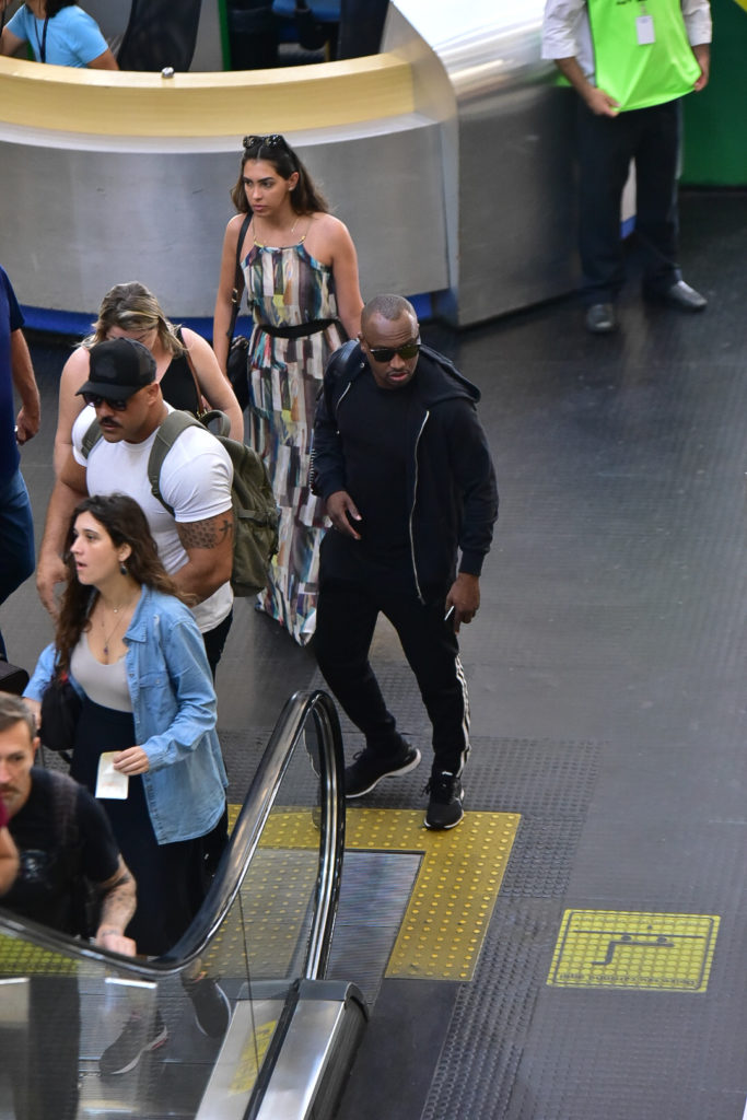 Thiaguinho foi flagrado em aeroporto de forma discreta (Foto AgNews)