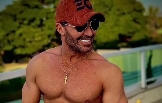 Eduardo Costa é acusado de usar Photoshop para definir a barriga e imagem viraliza (Foto: Reprodução)