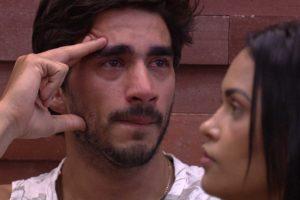 Guilherme chorou após nova DR com Gabi (Foto: Reprodução)
