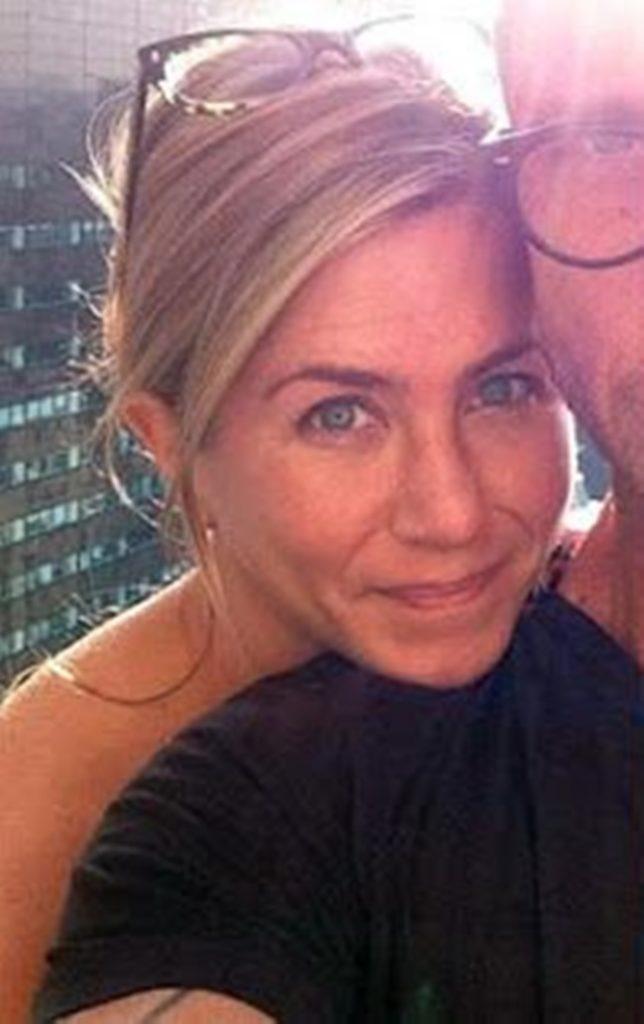 Jennifer Aniston apareceu em clique sem maquiagem e acabou surpreendendo a todos (Foto: Reprodução)