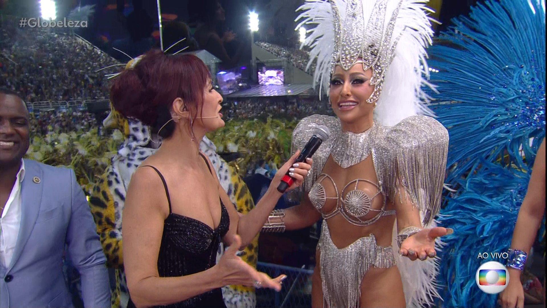 Fátima Bernardes e Sabrina Sato na transmissão dos desfiles do Carnaval do Rio, que bombou audiência da Globo (Foto: Reprodução/Globo)
