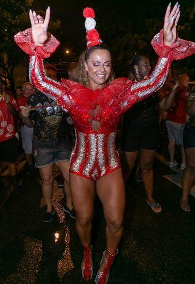 A famosa atriz e ex-mulher de Belo, Viviane Araújo volta a chamar atenção do público ao desfilar no meio da rua (Foto: Caras)